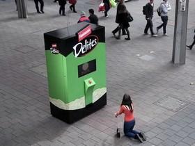 人性考驗販賣機,為了一包免費零食,你願意在鬧區做什麼?