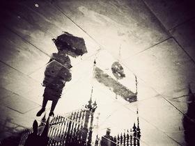 低頭族玩相機: 用下雨的路面水漥倒映,看到不同角度的倫敦