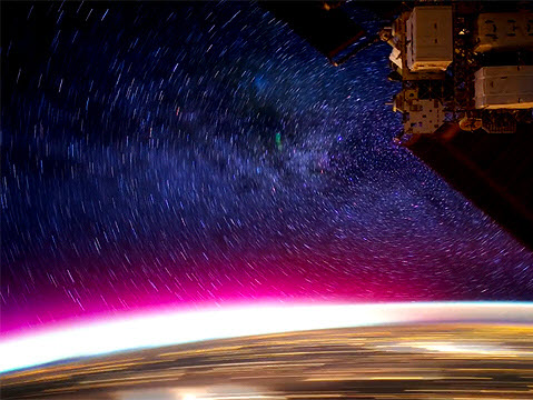 從外太空看地球夜景,縮時攝影呈現出非常驚奇的效果
