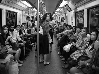 讓電車上全部人都看鏡頭的拍攝手法