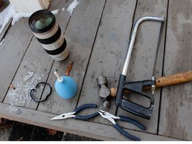 濾鏡卡死在好貴的鏡頭上怎麼辦?用鋸子跟鐵錘來解決,行得通嗎?