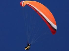 好刺激的飛行傘特技,在空中連翻568個筋斗,創下新的金氏世界記錄
