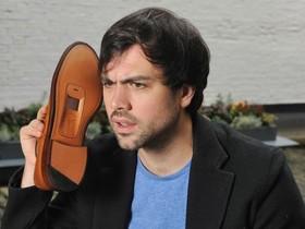 這是認真的嗎?007間諜科技外流,電信業者想讓你用皮鞋講電話