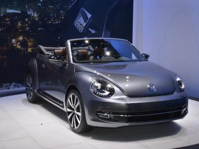 VW促銷 Beetle敞篷車廣告:不找辣妹、找來特技跳傘人員空降!