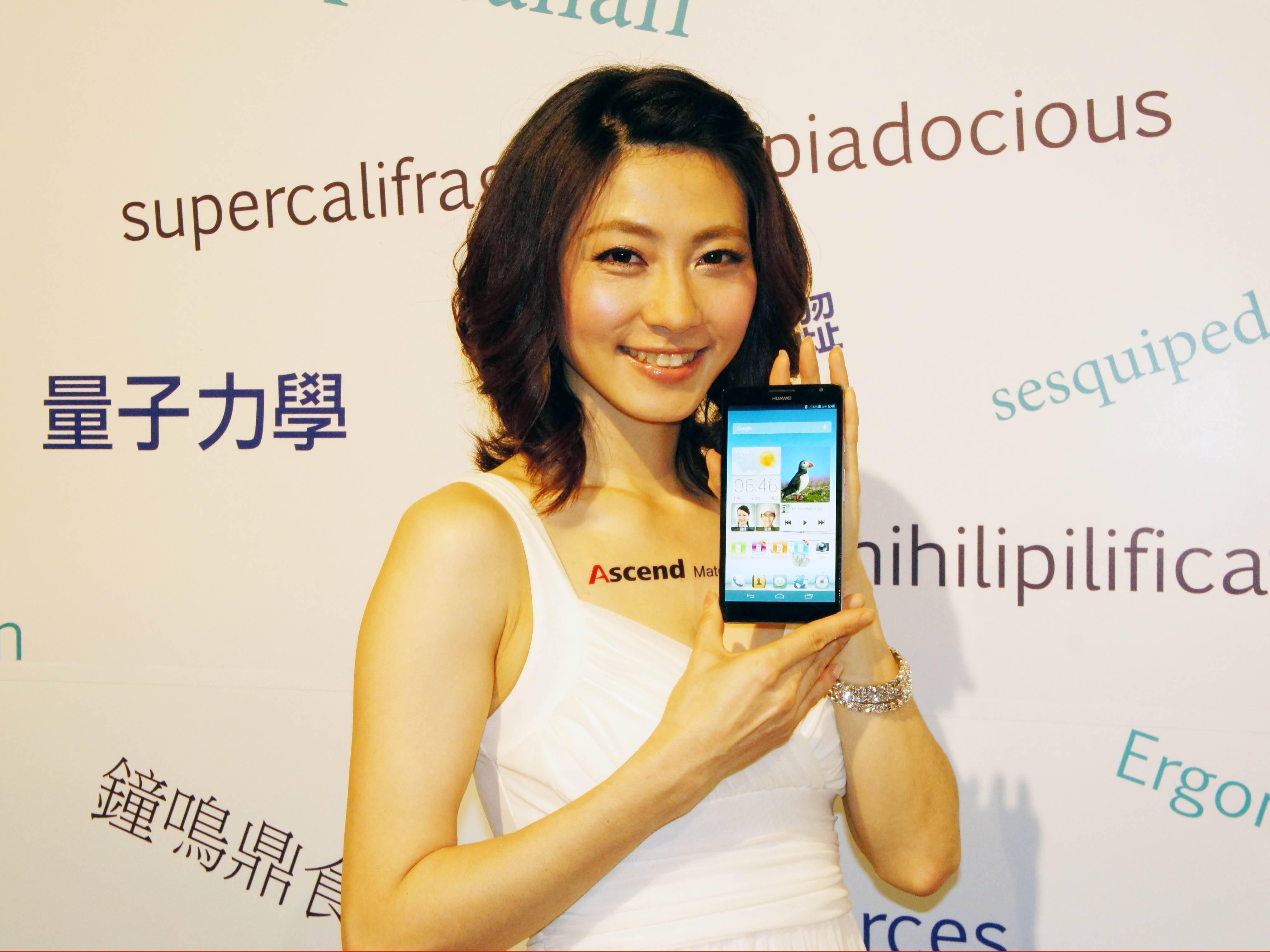 Huawei 6.1吋 Ascend Mate 巨無霸手機動手玩,建議售價 15,490 元