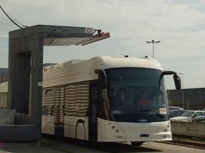 載客135人的電動公車,在15秒內就能在公車站完成充電