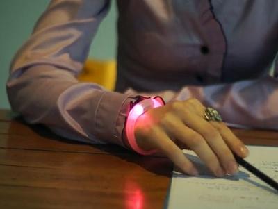 怕漏接任何手機訊息嗎? Embrace+ 手環閃爍不同顏色 LED 燈提醒你