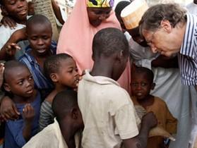 比爾蓋茲的瘧疾疫苗和 Google 的網路,窮人更需要哪一個?