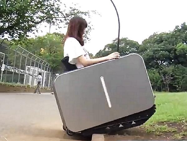 UNIMO 電動輪椅採用履帶推進,可以行進砂地、陡坡、雪地