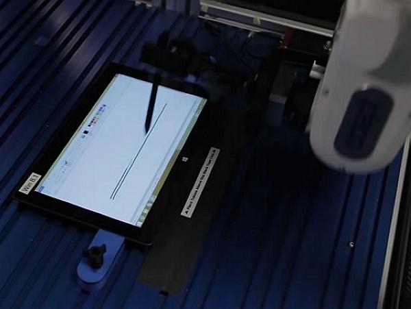 Intel 開發的Oculus機器人,透過玩 Cut the Rope 來測試設備回應速度