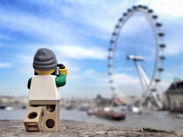 拿起 iPhone 4s,跟著樂高人偶去旅行