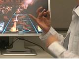 微軟新技術:用肌肉控制電腦玩《吉他英雄》