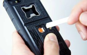 手機保護殼新用途:點香煙、開瓶蓋