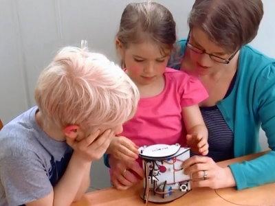 既然孩子的教育不能等,那就教他做機器人吧