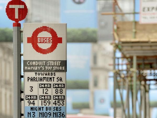 由 10 萬塊 LEGO 組成的公車站!公車站牌、玻璃窗、座椅...真正的全面 LEGO 化!
