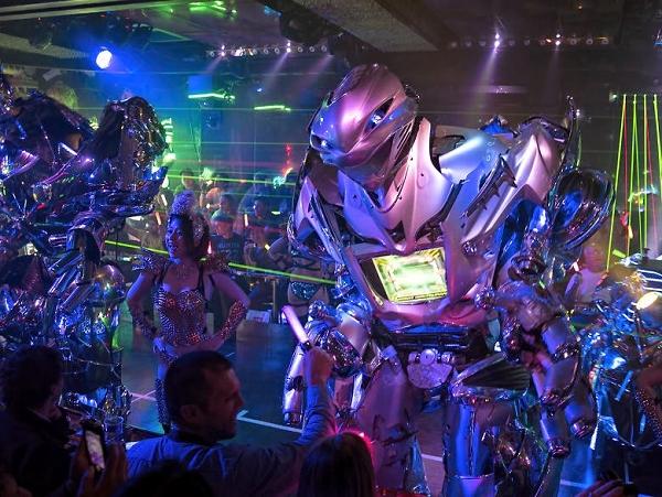 下次去日本新宿,記得到「機器人餐廳」來看看