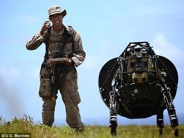 Google 四足機器人「大狗」參與美國海軍陸戰隊實測,可自動跟隨並載重 180 公斤