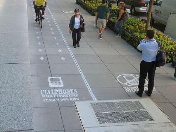 「低頭族」專用道!允許邊低頭走路邊玩手機的人行道 | T客邦