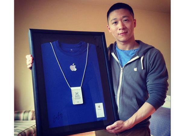 蘋果前員工Sam Sung,上網拍賣他的名片及制服
