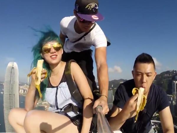 超瘋狂自拍!3 名香港青年在中環中心大樓 346公尺高頂「吃香蕉」!