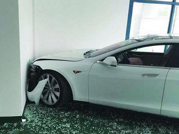 特斯拉失控衝撞店面,車主怪煞車失靈  特斯拉:Log檔紀錄根本沒踩煞車