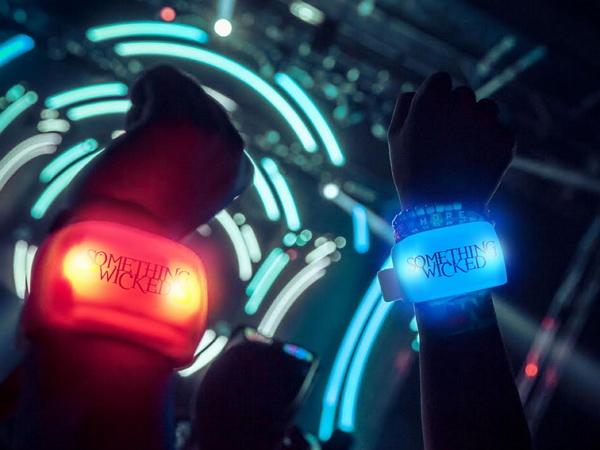 未來聽演唱會得戴這個螢光手環,才能證明你對偶像多有愛