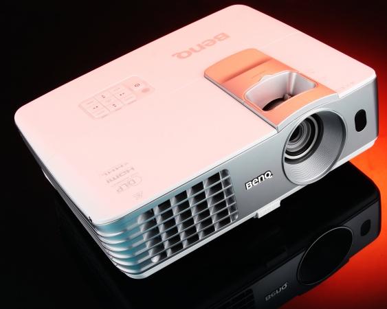 BenQ W1070+ 評測:1080p、投射角犀利的側投王