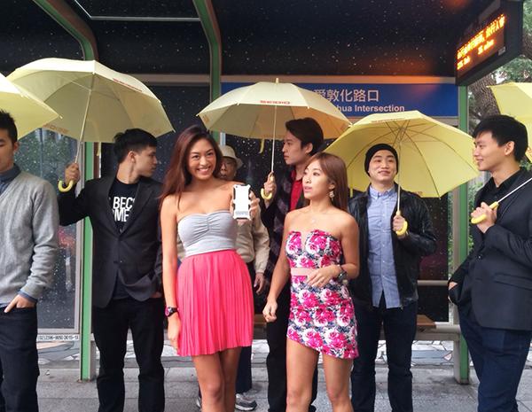 公車亭創意變身 台版雨傘舞快閃街頭  『手機界鐵人』OBEX防水殼 內建『氧氣筒』防水登場