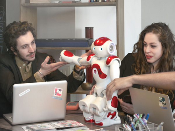 日銀行引進人型機器人,會說19國語言