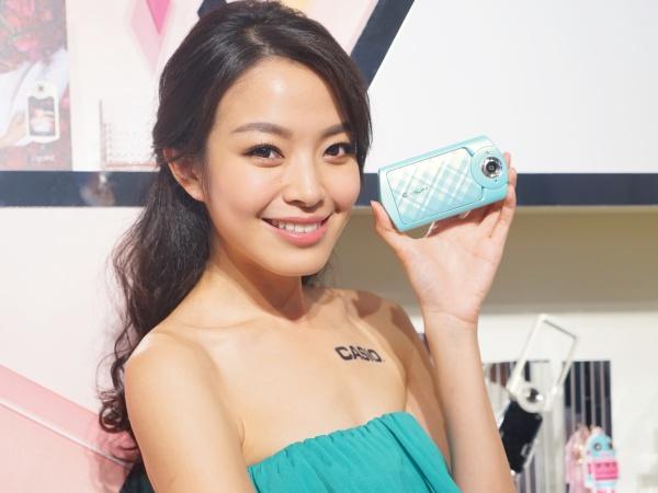 新一代自拍神器 Casio TR-60 閃亮登場,內建 Exilim 自動傳輸與 Selfie 自拍藝術功能