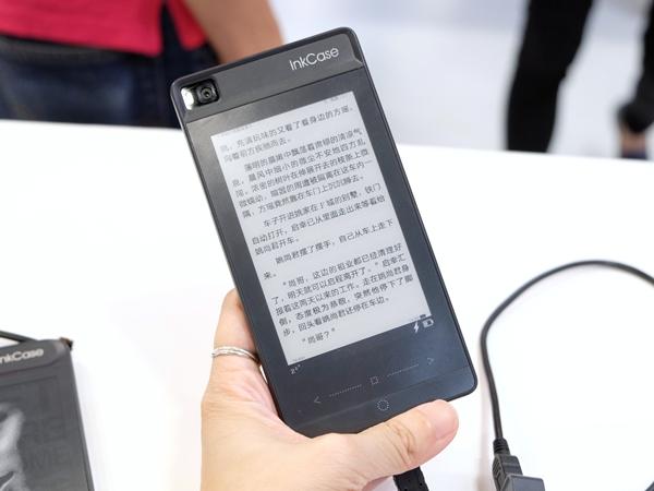 加了 InkCase+ 保護套,iPhone 就能多一面 E-Ink 電子紙螢幕