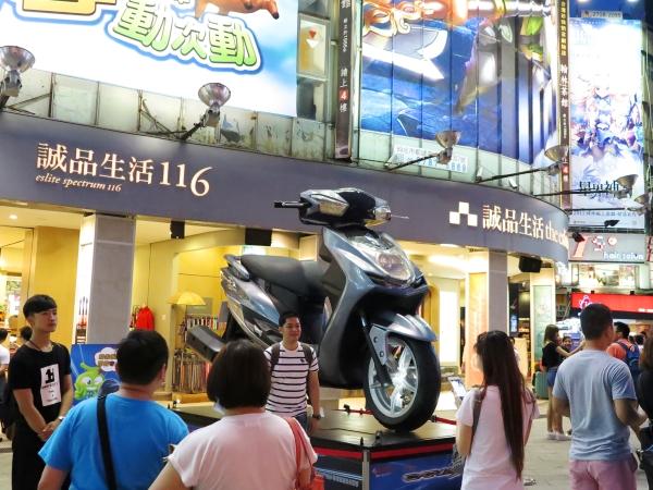 CYGNUS-X雙碟巨無霸現身台北西門町 與車迷玩合拍抽購車金3萬元