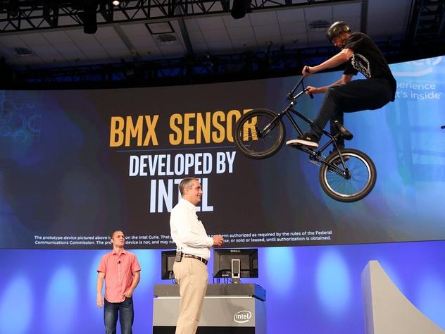 英特爾今年的IDF開發者論壇,展示了兒童座椅、蜘蛛機器人、智慧單車...就是懶得提Skylake