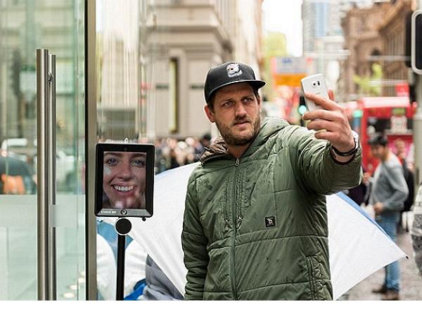 澳洲果粉排隊買iPhone開外掛,派出機械代理人