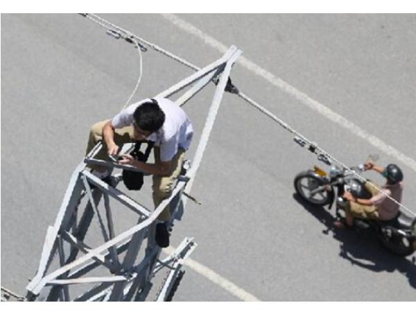 中國男子爬電塔揚言自殺,坐在上面卻被發現忙著自拍發微信
