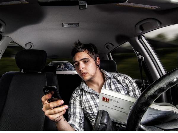 開車時使用語音助手導航就比較安全?你太天真了