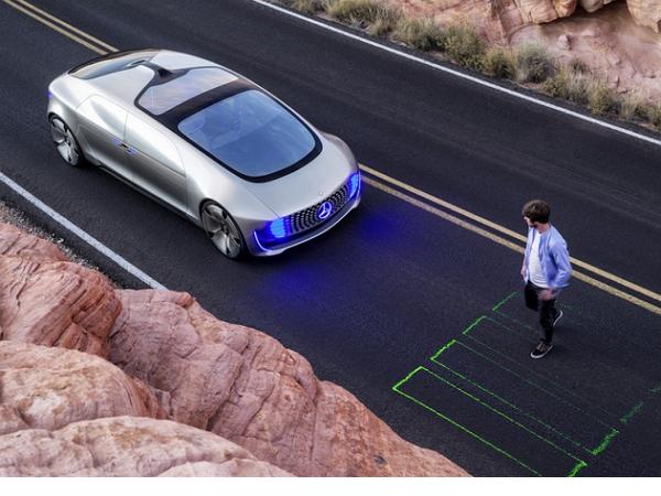 自動駕駛汽車的道德困境:當意外發生時,是撞向10個路人好,還是落海讓司機陷入危險?
