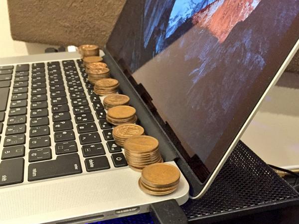 日本網友幫MacBook Pro 散熱出奇招,用這些硬幣就搞定