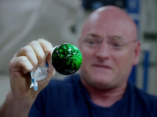 NASA送了一台4K攝影機上太空,太空人在太空拿來玩水球