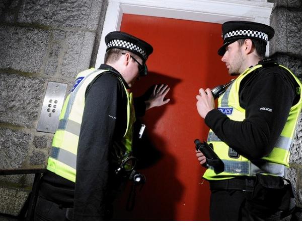 為了讓少年駭客守法,英國警察「到府服務」讓他們知道老大哥在看著他們