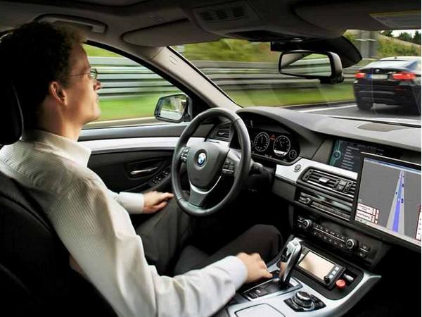 絕不違規的自動駕駛車,為何事故率比人類司機還高?