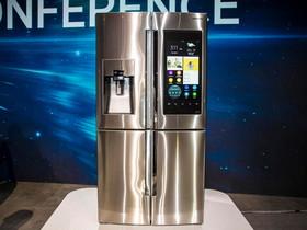 三星推了一款 Family Hub 智慧冰箱,內建連線螢幕、喇叭,裡頭還有三台攝影機