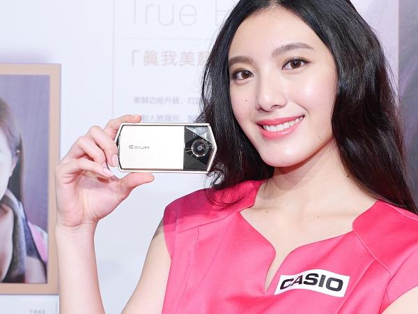自拍神器再進化,Casio EX TR-70 連影片都能美顏!