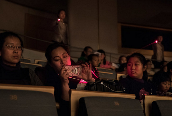 中國劇院用雷射對付打手機的觀眾,老外嚇到差點報警