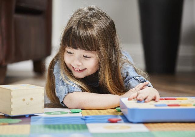 為3歲小朋友設計的程式概念學習玩具Cubetto