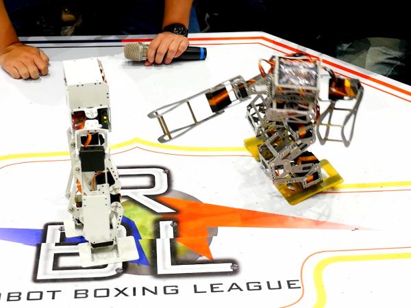 這是mini Maker Faire 2016舉辦的機器人格鬥,這些小小機器人有大志向