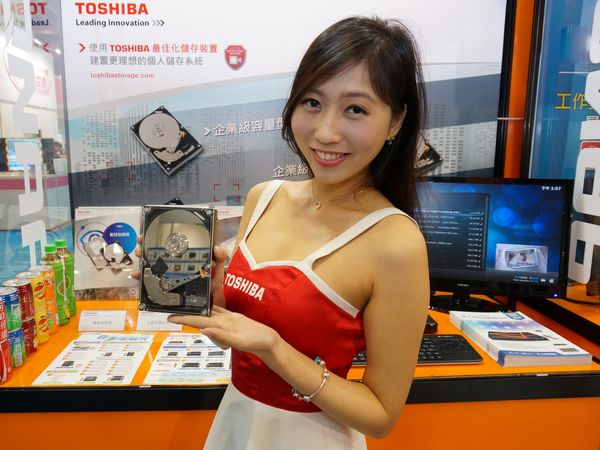 2016春電展:QNAP NAS持續創新,再推商務專用NASbook,多款Toshiba硬碟搭配促銷