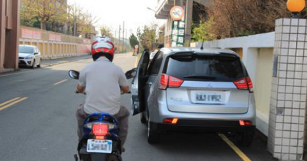 每年交通事故有20%為機車與小型車路邊停車發生事故,交通部運通所公布主要危險因子