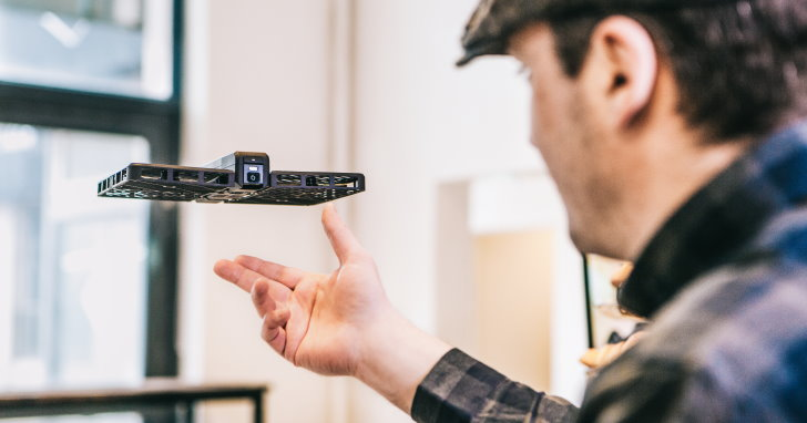 輕量安全還可自動追蹤的折疊式空拍機Hover Camera