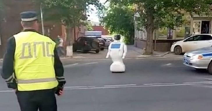 機器人從實驗室「落跑」,在俄羅斯馬路中央逛街被逮
